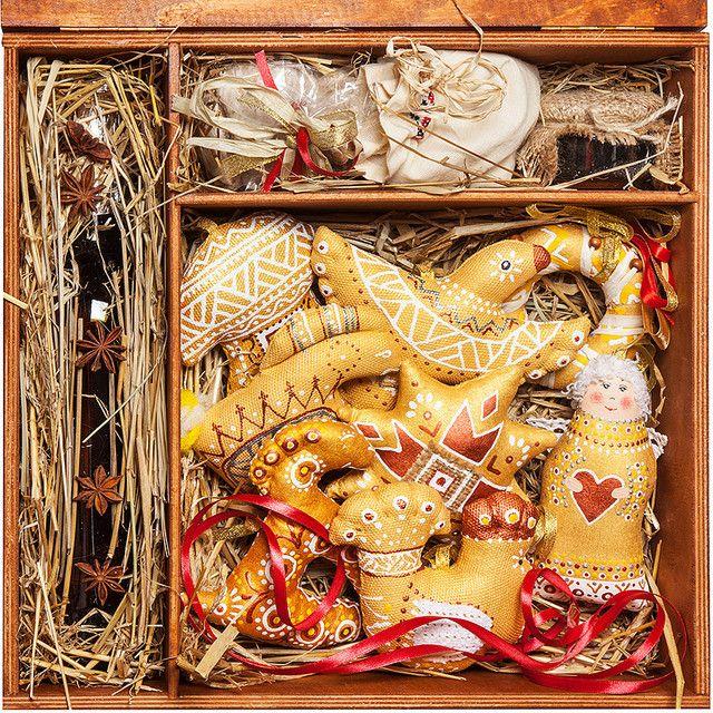 Подарочный новогодний набор VIP: елочные игрушки ручной работы (хлопковая ткань, синтепон, ленты, роспись безопасным акрилом), сено со специями, мед/сливовое варенье (50мл), карпатский чай (50г). На сайте Вы можете заказать домашнюю настойку, которую добавите в этот подарок.