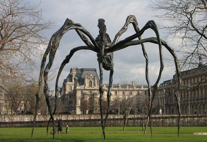 Этот 9-метровый паук является творением Луиз Буржуа, представившей его в 1999 году. Автор отметила, что ее фигура является олицетворением мудрости и силы характера ее матери, которая была ткачихой. Скульптура так и называется «Maman» («Мама»).