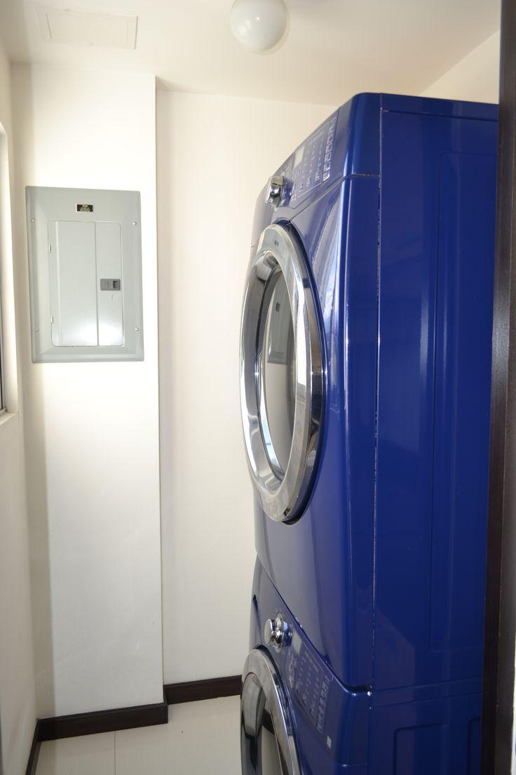 Cuarto de pilas.  Caben lavadora y secadora full size independientes (como se muestra en la foto) o bien las que vienen pegadas en combo.  El condo tiene lavanderia compartida para los que no tienen lavadora y/o secadora