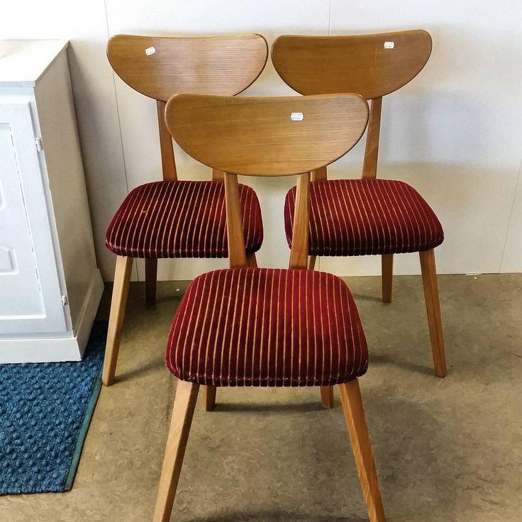 Vi har fått inn noen kule retro stoler m dyp rødt trekk. Kun 175,- per stykk. Blir de dine? 😉👍 #fretexfunn #fretex #fretexheggstadmyra #stoler#retro#vintage#gjenbruk #engangtil#secondhand #møbler #interiør #interior #furniture