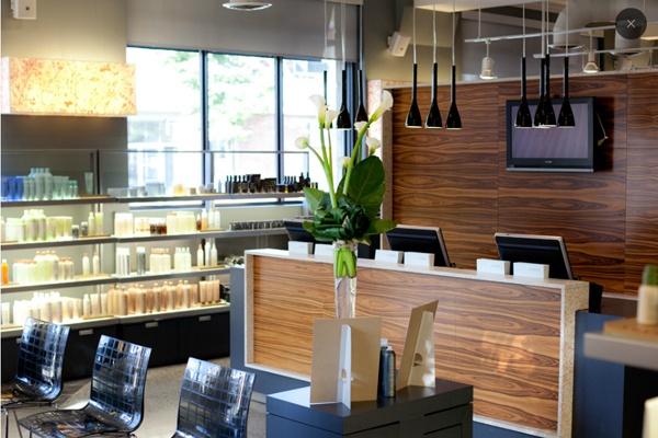 Coiffure : Au fil des 30 dernières années, le salon Au Premier est devenu une institution montréalaise de la coiffure. Situé sur l'avenue Monkland, il occupe un espace de 7500 pi2 divisé sur trois étages : l'académie, le salon et le spa. Composé de matières recyclées (dont des bouteilles d'eau de javel transformées en comptoir!), le lieu est cosmopolite et urbain. L'espace, ouvert, annonce une énergie créative et passionnée sans limites.