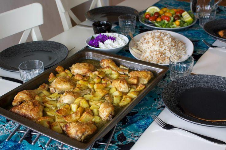 En Libanesisk gryta som tillagas i långpanna och som i all sin enkelhet är så himla god. Den får sin mustiga och goda smak av koriander, vitlök och citron som får puttra tillsammans med kyckling och potatis i ugnen. En god vardagsrätt som inte kräver så mycket jobb och som går hem hos stora som små.