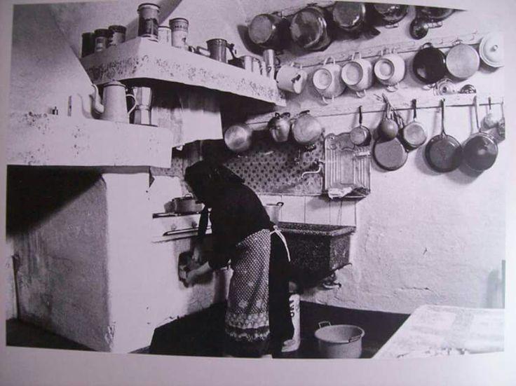 La vecchia cucina con i tegami a vista e imbiancata con calce.