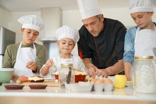 La cocina ofrece la oportunidad a los niños de que aprendan recetas y manipulen diferentes tipos de alimentos. Pueden conocer olores, sabores y texturas mientras se divierten. Los talleres de cocina ayudan a los niños a expresar su creatividad y a aprender a través de la relación directa y el contacto con su entorno.