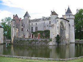 Construit à partir du XIVe siècle, le château de La Brède est à l'origine un château fort de style gothique, entouré de douves en eau et pourvu d'un système défensif.  Charles-Louis de Secondat, baron de Montesquieu, y est né le 18 janvier 1689. Il y a vécu de manière régulière toute sa vie et rédigé nombre de ses ouvrages, dont De l'esprit des lois. Mais il y effectua aussi des transformations, notamment un jardin à la française, actuellement en cours de restauration, et un jardin à…
