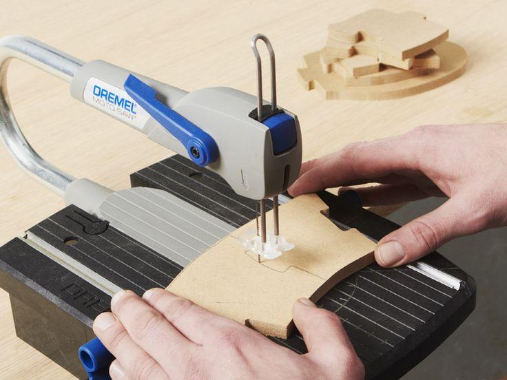 Paso 3 : Ahora, corte los segmentos de la serpiente siguiendo las líneas dibujadas incluyendo las piezas del rompecabezas encajables, utilizando la Dremel Moto-Saw y la hoja fina para cortar madera MS52.