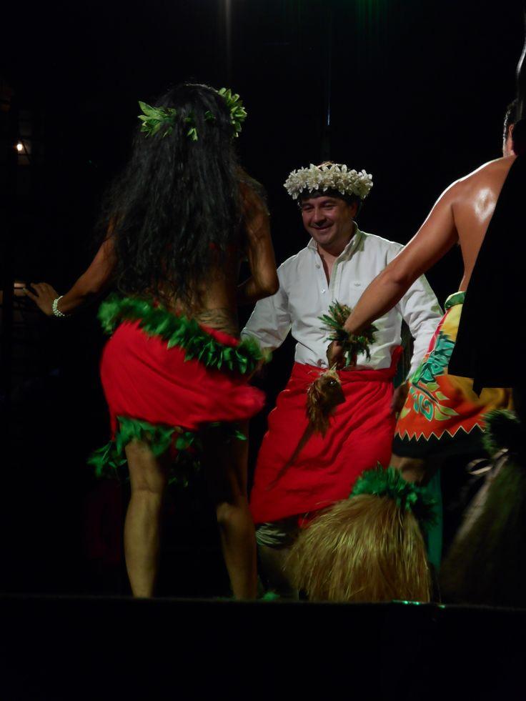 Sr. Alcalde Ilustre Municipalidad de Valdivia, Don Omar Sabat Guzmán, cerrando Aperitivos Culturales versión año 2016 con el fabuloso Ballet Cultural Puku Rangi Tea de Rapa Nui, Chile.