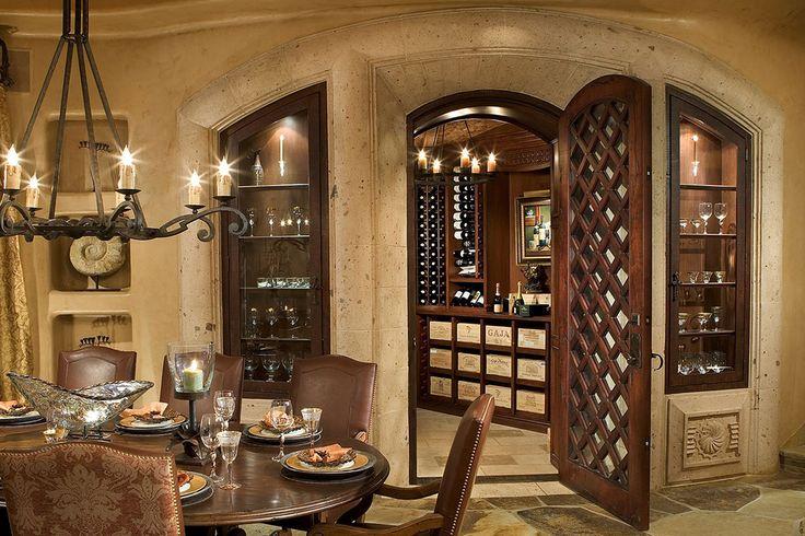 Изысканный винный зал как часть гостиной; Скоттсдейл, Аризона.