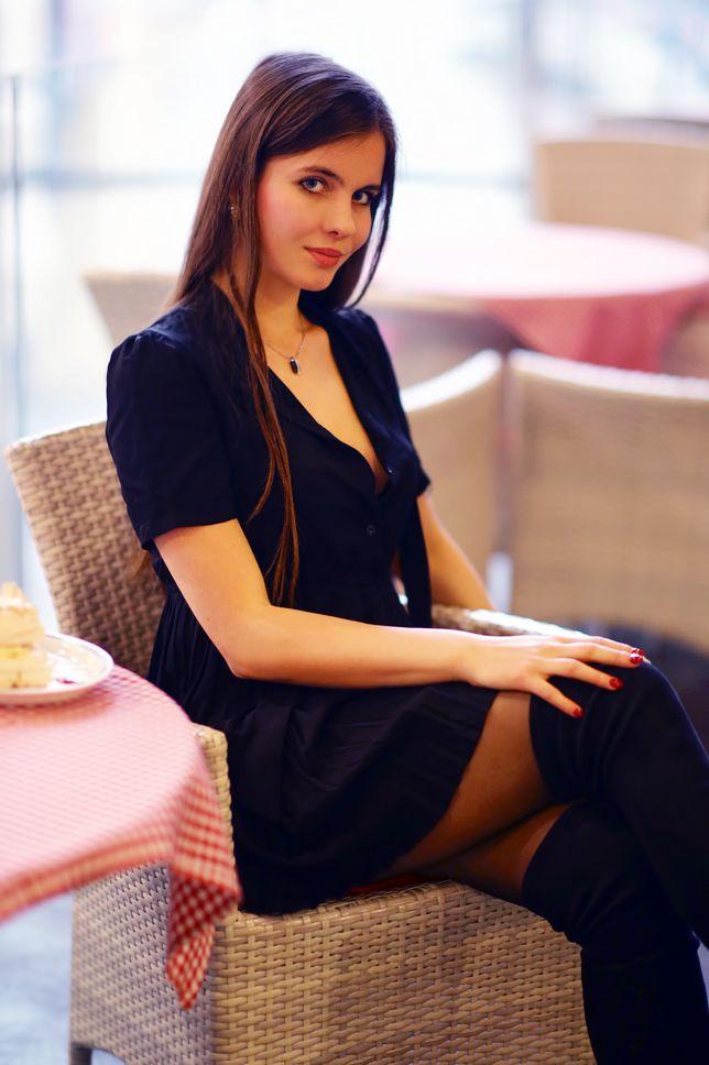 25 Urodziny Sesja W Czarnej Sukience Dlugich Kozakach I Eleganckiej Bizuterii Ari Maj Personal Blog By Ariadna Majewska Fashion Models Fashion Women