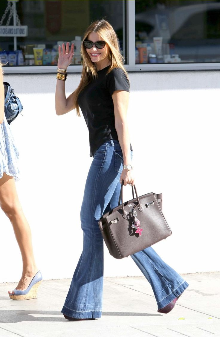 "It is refreshing to see Sofia Vergara wearing a pair of flare jeans, and wearing them ""right"", with platform heels! Seems that ""Le Hollywood"" is mainly into skinnies and ripped, and I don't even remember the last time I..."