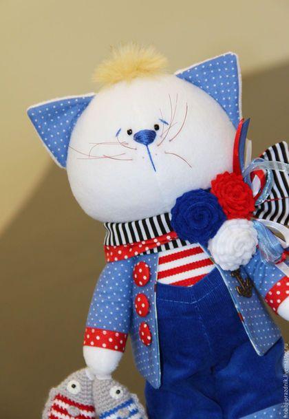 Купить или заказать Котик с рыбками в интернет-магазине на Ярмарке Мастеров. Котик, выполнен в морском стиле. При себе имеет улов в два хвоста и море позитива) Усы и хвост на месте. Парень готов вылететь первым рейсом в свой новый дом и дарить хозяевам бесконечное счастье! Котик размером 34 см. Сшит из флиса, одет в одежку из качественных корейских и немецких тканей. Шарф, брошь и рыбки снимаются. Оправка почтой России 1 классом. В пути (по России) 5-7 рабочих дней.
