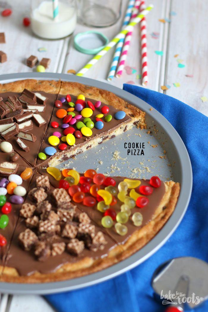 Cookie Pizza - riesen Cookie mit Schokoladen-Sahne-Glasur und Süßigkeiten wie Duplo, Hanuta, Snickers, Mars, KitKat, Smarties, Schokoriegel, Kinderriegel, M&Ms... - http://baketotheroots.de/cookie-pizza-kuchen/#more-12185