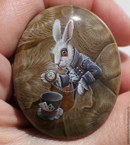 Купить или заказать Белый Кролик на коралле в интернет-магазине на Ярмарке Мастеров. Кабошон из натурального камня с миниатюрной росписью, дырочки в камне нет! Размер камня 44х36 мм По мотивам одного из любимых произведений Л.Кэрролла 'Алиса в Стране чудес'. Натуральный рисунок и цвет камня максимально сохранен. Кролик выглядывает из-за огромных листов удивительных растений, образуемых рисунком коралла. Детальность прорисовки кролика - его костюма, усиков, бликах на пуговичках - поражает…