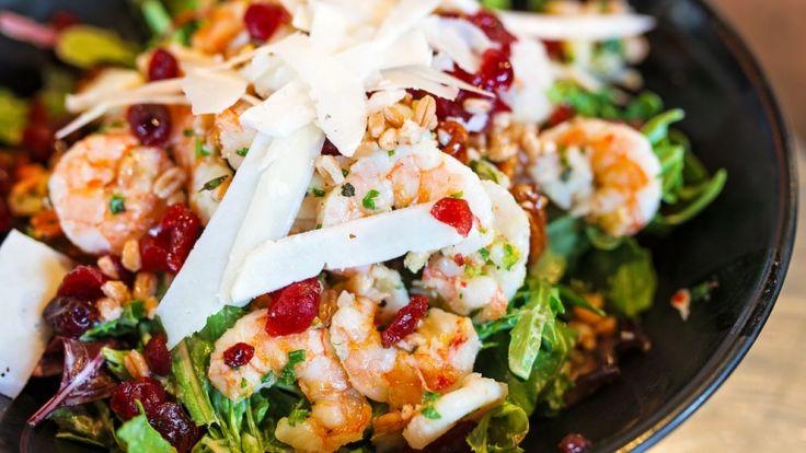 Insalata gourmet con gamberi, noci, grano, mirtilli secchi e pecorino romano