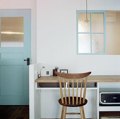 <p>白い漆喰壁にドアと窓の水色が映えます。型板ガラスの違いも彩りになってますね。</p>