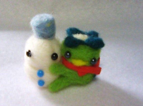 羊毛フエルトで河童と雪だるまのマスコットを作りました。むぎゅと雪ダルさんを抱きしめております。河童にはクリスマスっぽく赤いマフラーをつけて演出。大きさは縦約4... ハンドメイド、手作り、手仕事品の通販・販売・購入ならCreema。
