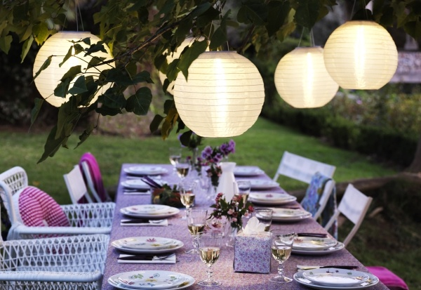 Elegant dinner out with the girls. Set the mood with smart solar powered SOLVINDEN lighting.