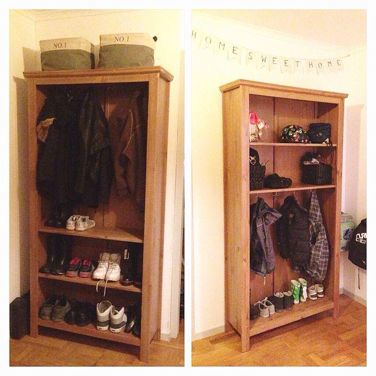 Vårat senaste hemma-projekt blev två loppisfyndade bokhyllor som vi gjort om till kläd och skoförvaring i hallen med krokar. En till dom stora och en till dom små!