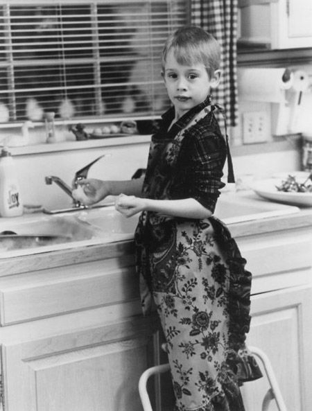 Oh Macaulay Culkin. You were once so darn cute .  So adorable in fact that it really didn't matter if you were playing a ass of kid trying to kill burglars or a millionaire without friends.    now where are you?   Other then Party Monster and Saved! you've really done nothing.   not only that but he looks as though he took the whole wardrobe from party monster home with him.