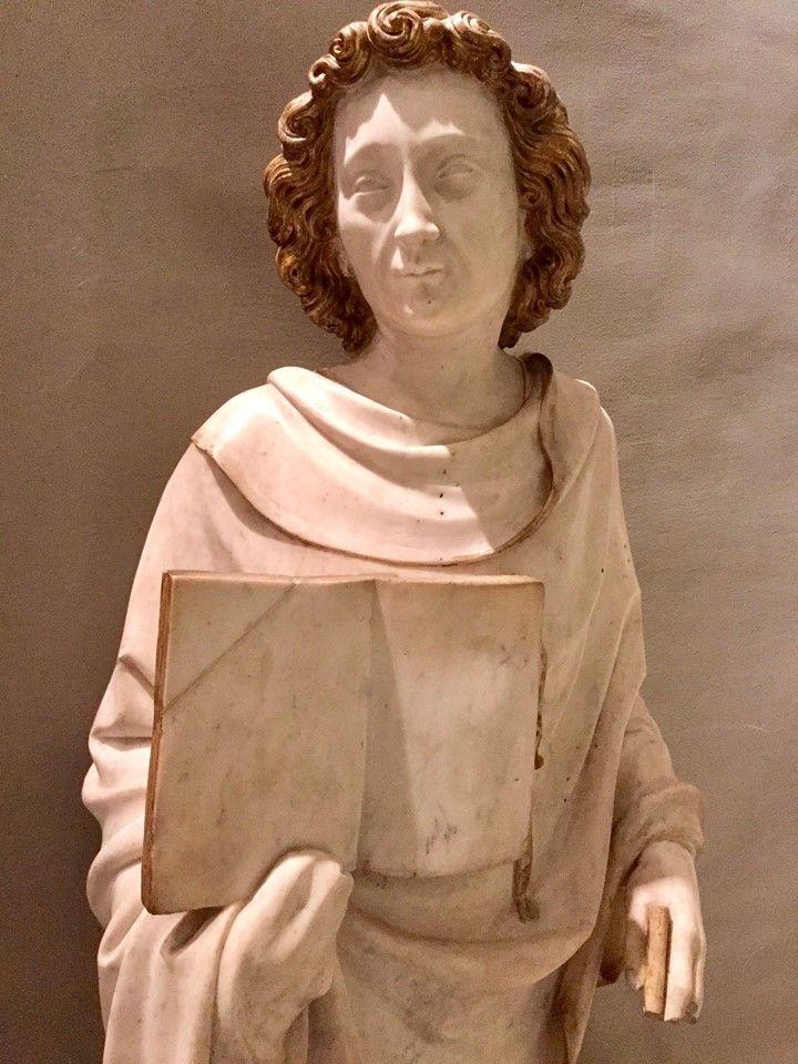 Saint Jean l'Evangeliste  Paris, vers 1370-1380  Marbre avec rehauts d'or  Provenance hypothétique de l'abbaye royale de Longchamp