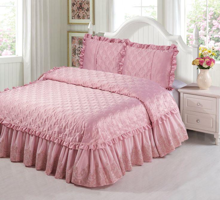 Красивое стеганое жаккардовое покрывало розовое. Отделка: кружевом, гипюром, рюшами, оборками, пайетками, арт. yg-3, с декоративными наволочками, на двуспальную кровать.  3 размера. Описание, низкие цены, доставка, купить в интернет магазине.