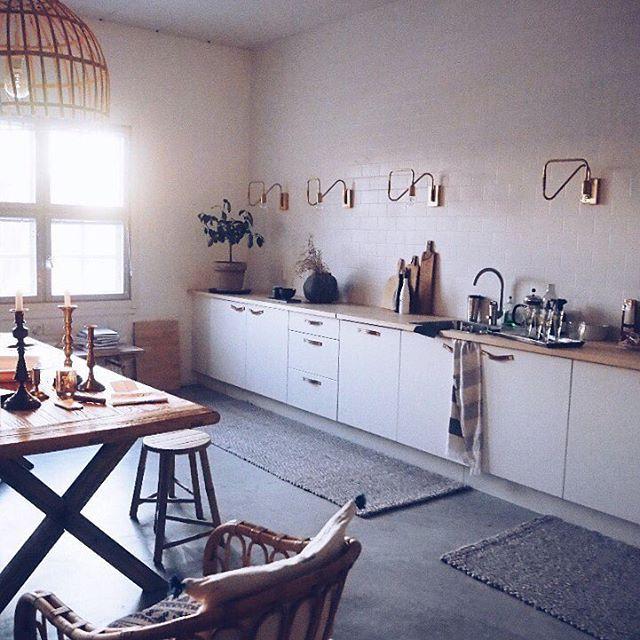 Evening sun lighten up this lovely kitchen @nougatshowroom  #kivilahtikeltanenworkshop #kivilahtikeltanen  #thequietwinter #BeHomeFree #livefolk #alifeofintention #embracingaslowerlife #coffeeandseasons #foryourownpath #quietchaotics #momentsofmine #scruptiouskitchen #loverletterto  #forhappymoments #interiorstyled #scandinavian #scandinavianstyle #scandinavianhome #dagensinterior #vakrehjem #interior123 #interior4all #interiorstyled #scandinavian #scandinavianstyle #scandinavianhome…