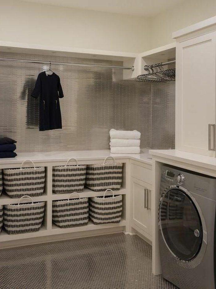 aménager-sa-buanderie-paniers-de-rangement-gris-posés-sur-un-meuble-blanc