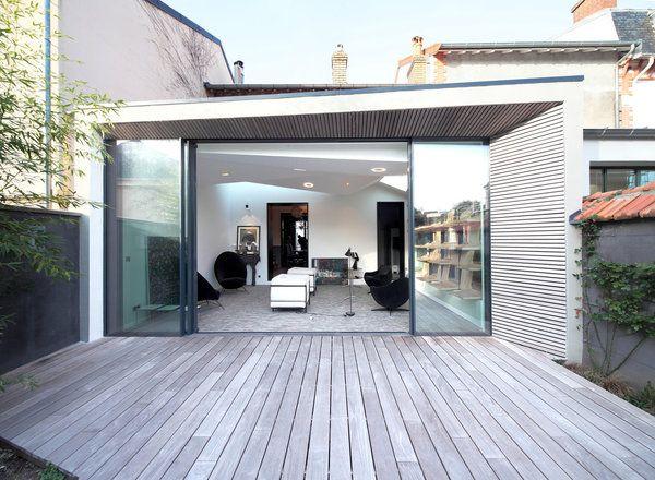 l extension offre une toiture terrasse l g rement en pente elle dessine une pi ce transparente. Black Bedroom Furniture Sets. Home Design Ideas