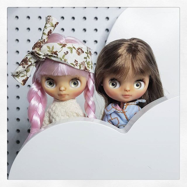 Perdón por el spam pero es imposible no tomarles muchas fotos 💞💕💓💘 • • • #Sonydolls #petiteblythe #blythe #doll #muñeca #dollstagram #toystagram #dollmaker #ブライス #dollartistry #artistoninstagram #muñeca #poupée  #bigeyes #babyface #baby #picoftheday #handmade #babyblythe #dollphotography #miniature #bff #sisters #Sugar #Pulga