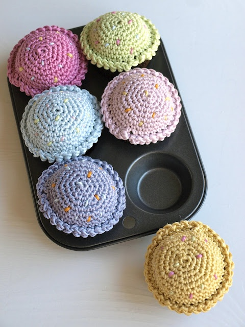 lille hottentott: DIY: Hekla mini-muffins   Norwegian tutorial, translation is a little off but these are so cute!!!