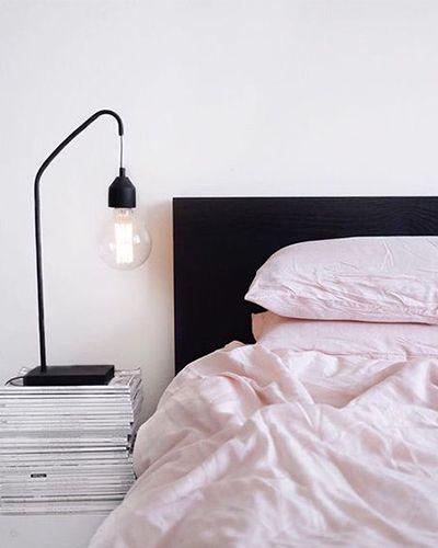 strakke slaapkamer met zwarte en roze details