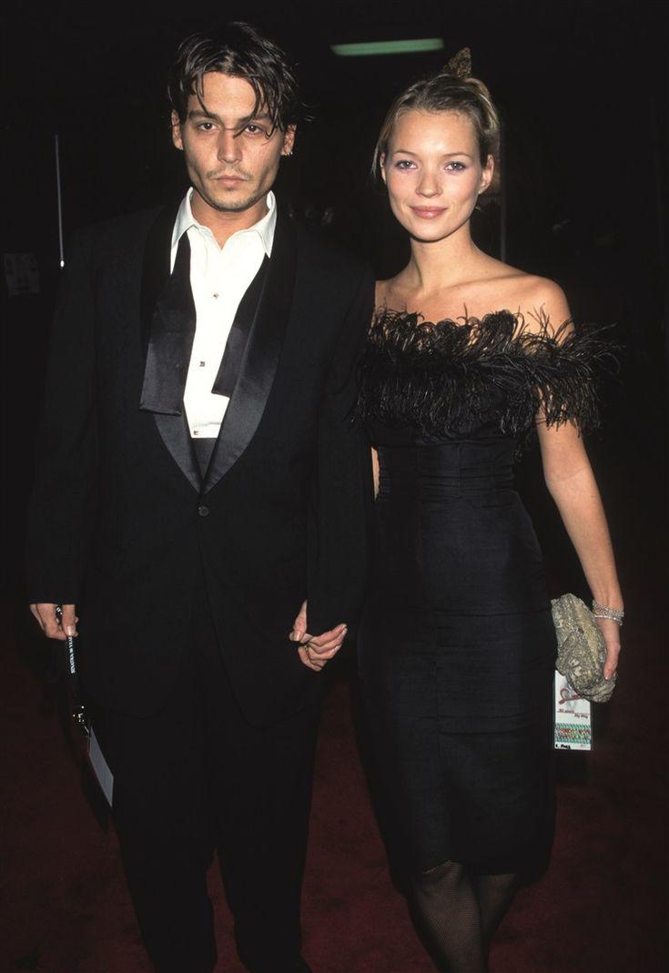 Kate Moss, büyük aşk yaşadığı Johnny Depp ile Frank Sinatra onuruna verilen davette 1990'lı yılların simgesi pastel rengi far ve gelişi güzel toplanmış saçlar ile.