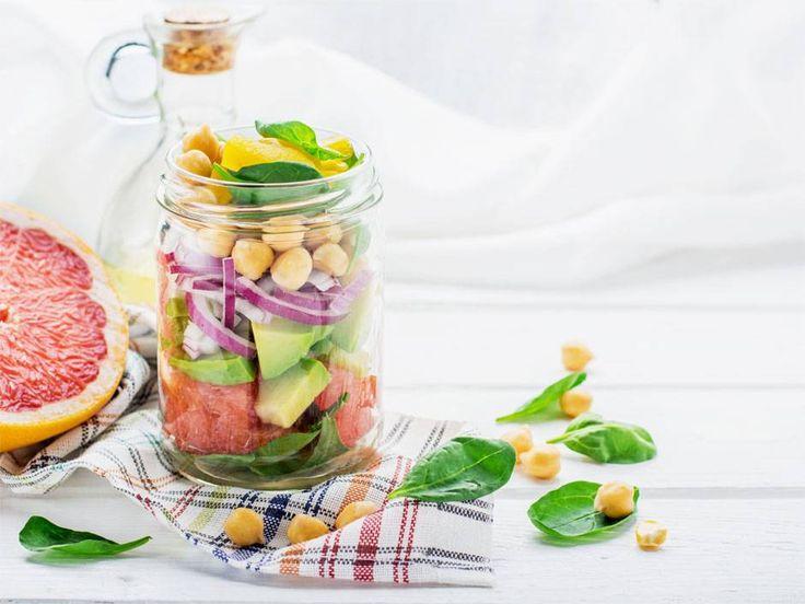 Sałatka owocowo-warzywna - 6 pomysłów na lunch do pracy w słoiku