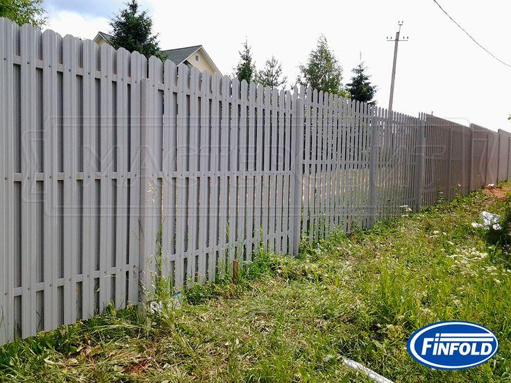 белый забор из металлического штакетника - вид со двора