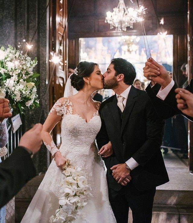 """Michelle e Lobert seguiram a tradição da família e disseram o """"sim"""" na Igreja Apostólica ARMÊNIA, em São Paulo! Para a festa, mais uma escolha tradicional: o @buffetfranca, que também cuidou do menu do casamento!💕💕💕A história (inusitada!) do casal e as fotos lindas de @lucaslimafotografia estão no site: www.constancezahn.com🖥️{ Fotos: @lucaslimafotografia   Espaço, buffet e bolo: @buffetfranca   Vestido de noiva: Pronovias   Acessórios: @renatabernardoatelier   Convite e papelaria…"""