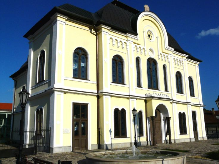 This building is a renovated Synagogue, which gives place to the Cultural and Conference Center.