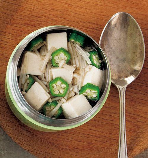 豆腐とオクラのトロトロスープ 鶏がらベースのヘルシースープ。材料を入れて置いておくだけの簡単レシピ。 マキアオンライン 材料 (1人分) 絹ごし豆腐(さいの目切り)50g えのきだけ(3㎝長さに切る) 40g オクラ(輪切り) 3本分 ■ A 鶏がらスープの素 小さじ1 オイスターソース 小さじ1 塩、こしょう 各少々 プレミアムサービス カロリー・塩分を計算 作り方 1 スープジャーに豆腐、えのきだけ、オクラを入れ、熱湯を注いでフタをし、軽く振って2分温める。 2 具材が出ないよう内ブタを使って湯切りをする。 3 スープジャーにAを入れ、内側の線の5mm下まで熱湯を注ぎ、フタをして軽く振り、1時間おく。