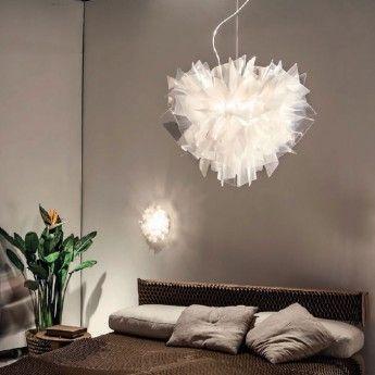 Suspension design VELI – Prisma – Ø42 cm – Slamp  La suspension Veli de la marque italienne SLAMP est un luminaire design, glamour et luxueux qui fera sensation dans votre décoration intérieure. Digne des maisons de haute-couture, son diffuseur est pourvu d'un drapé qui épouse des formes élégantes. La finition prisma de la suspension filtre la lumière afin de produire des reflets fascinants au travers de la pièce où elle se trouve.