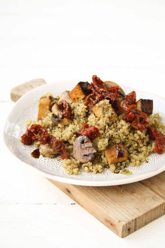 Gebratener Quinoa mit Pilzen, Räuchertofu, Kürbiskernöl & getrockneten Tomaten