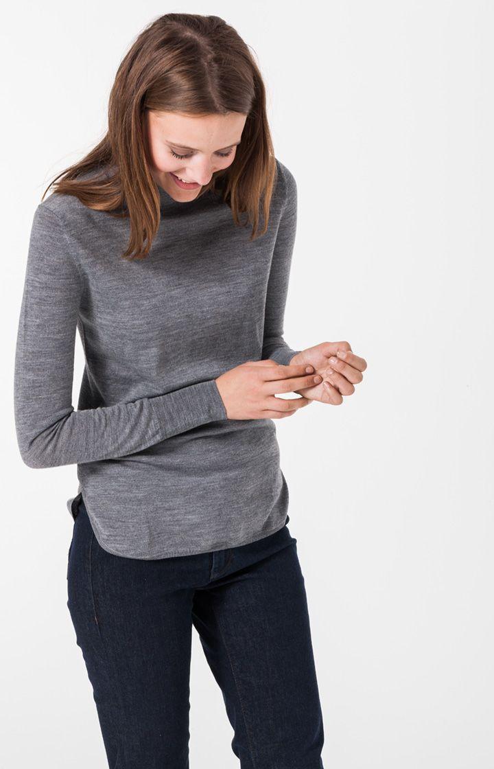 Erweitern Sie Ihre Strickbasics um ein Modell im modernen, kastigen Schnitt und in aktuellen Farben. Rollkragen-Pullover Katrine ist aus feinem Schurwoll-Strick mit schönem Fall gefertigt. Als unverzichtbares Stück für kühle Tage lässt es sich unkompliziert mit schmalen Jeans und Poncho kombinieren.