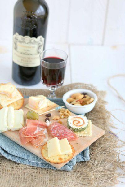 Borrelplank met kaas, worst en wijn. En ik geef je tips voor een feestelijke presentatie. #lekkeretenmetlinda #wijn #gathering #kaas #borrelen
