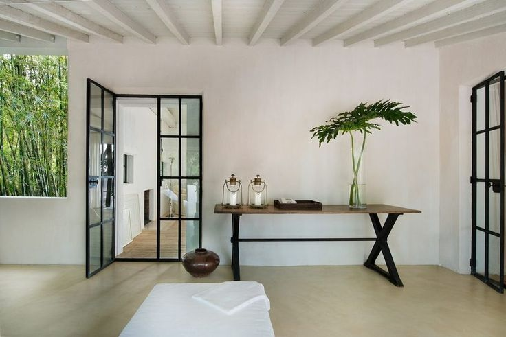 Designer Calvin Klein has just sold his property in Miami, a beautiful home where he has impregnated his simple yet chic style.