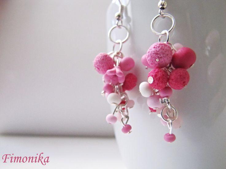 Kuličkové náušnice Trošku delší růžové náušnice. Kuličky jsou z růžového fima, použila jsem různé odstíny růžové a bílou. Jsou zavěšeny na stříbrném afro háčku a jednotlivé kuličky jsou na stříbrných kolečkách. Náušničky jsou elegantní a vypadají moc hezky ;-)