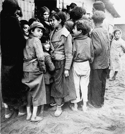 Camp-Joffre-a-Rivesaltes Groupe de tsiganes à Rivesaltes, 1939-1942 source photo : Arch. fam. Elizabeth Eidenbenz