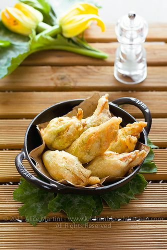 Fiori di zucca fritti, ripieni di patate e pinoli al curry by Azabel, via Flickr