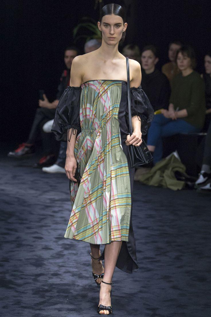 #Loewe   #fashion  #Koshchenets    Loewe Fall 2017 Ready-to-Wear Collection Photos - Vogue