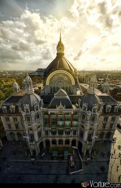 Antwerpen-Centraal werd gebouwd tussen 1899 en 1905 als kopstation en is recentelijk prachtig gerenoveerd.