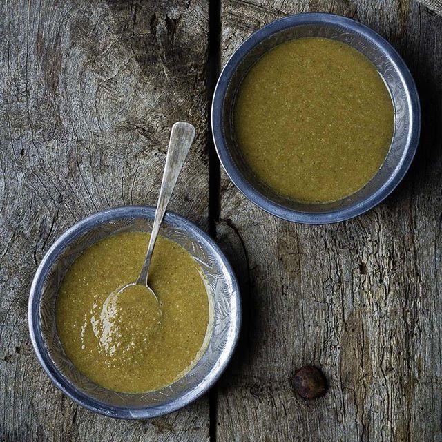 ¿La salsa tahini te suena a Chino? Casi pero no, desde el Oriente Medio te proponemos esta salsa, también llamada tahina o tahin, que básicamente es un puré cremoso a base de sésamo que se suele