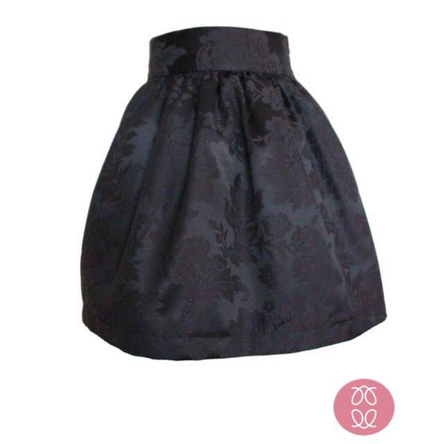 Falda fruncida de color negro con estampado floral. Lleva tul por debajo para dar mayor volumen. Hecha a mano. Disponible en www.caprichosdearmario.es