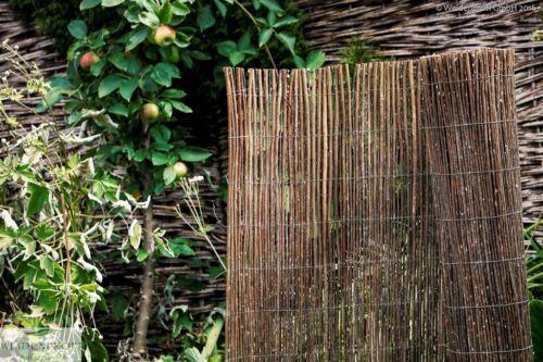 Jede einzelne Weidenrute der Weidenmatten wird vom Draht gehalten: Über die gesamte Höhe der Weidenmatte verlaufen dicke Gitterdrähte, an denen jede Weidenrute alle 10 cm mit einem flexibleren Webdraht fixiert ist. Dadurch sind die Weidenmatten stabil, belastbar und langlebig.